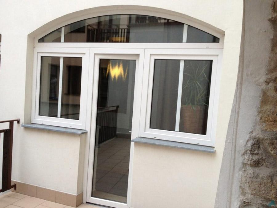 Арочное окно с дверью