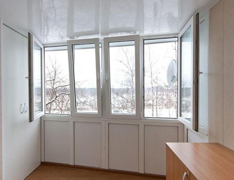 Большой балкон с встроенным шкафом